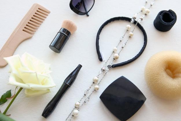 Деревянная расческа, солнцезащитные очки, заколка и резинка для волос на белом