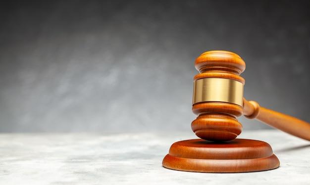 판사의 나무 망치. 회색 배경.