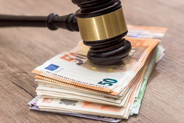 ユーロ紙幣の木製ハンマーがクローズアップ