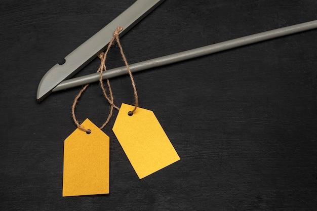黄色の紙ラベルが付いた木製ハンガー