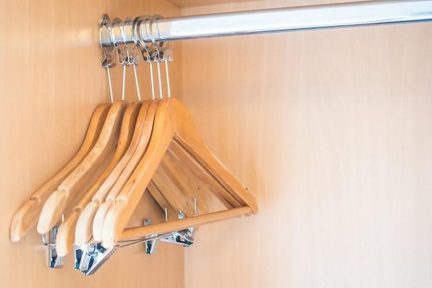 옷장에 걸려있는 나무 옷걸이