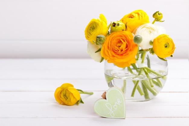 Деревянное сердце и цветы