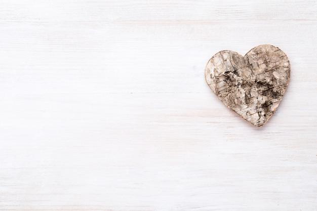 Деревянное сердце на ярком фоне