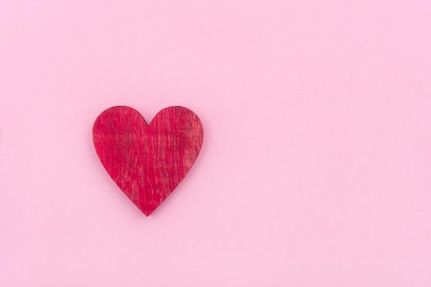 ピンクの上の木の心。バレンタイン・デー