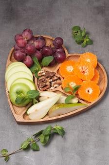 フルーツとクルミの木製ハート型プレート