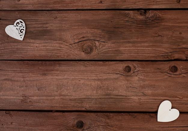 Деревянные сердца на деревянном фоне. день святого валентина.