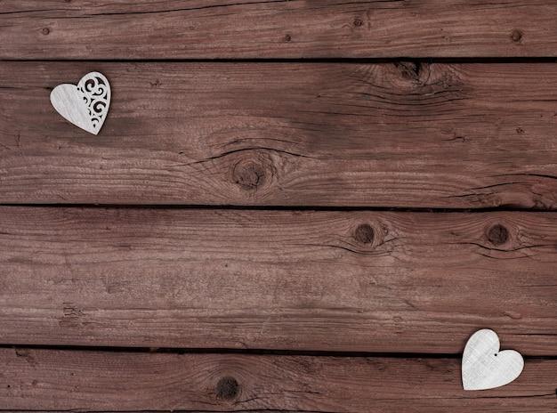 나무 배경에 나무 마음입니다. 발렌타인 데이.