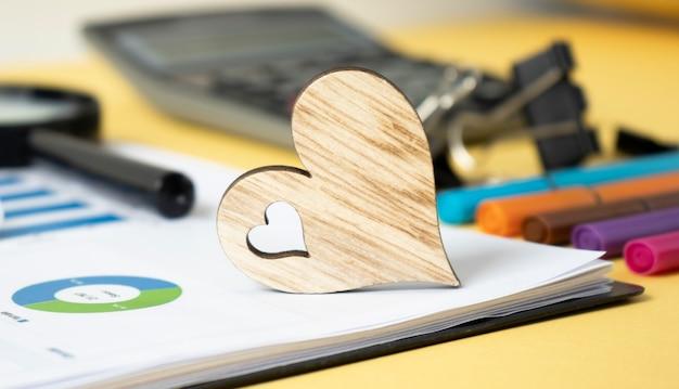 紙の背景、オフィスの机の上の木の心
