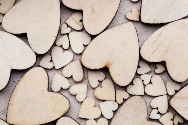 木製のハート、ハートの背景に。