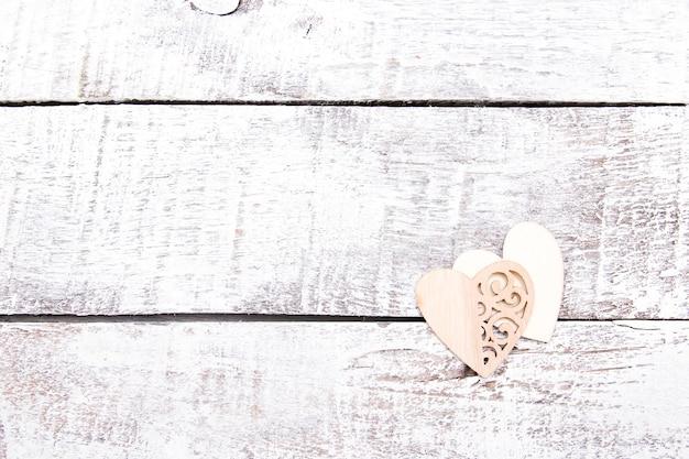 白い木の板に木の心、コピースペース、刻まれたパターンの心