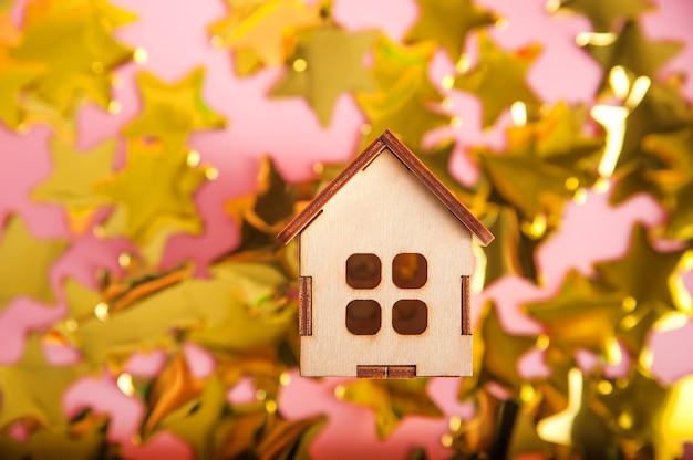ピンクの木造住宅と紙吹雪