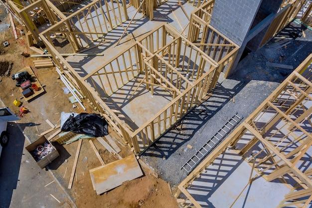 Деревянный дом в американских балках вид каркасной конструкции здания на новостройке строящегося дома.