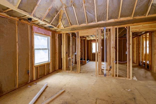 アメリカの木造住宅は、建設中の新しい開発フレームに内部の建物のフレーム構造のビューをビームします