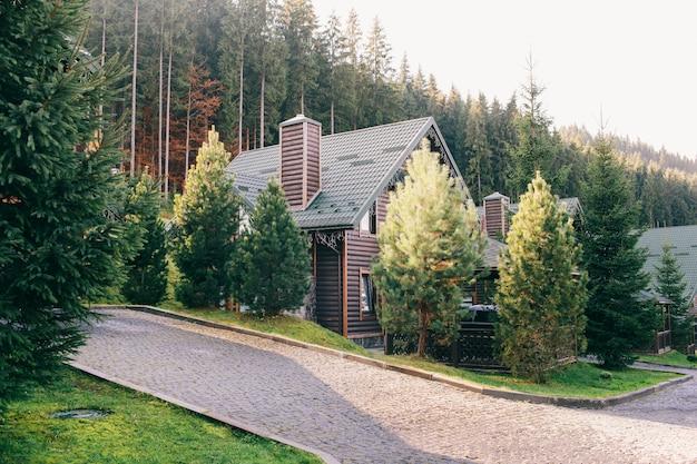 Деревянный дом в осенних горах