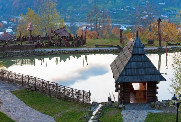 小さな湖の近くに水車小屋の形をした木造住宅。