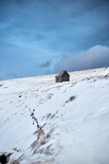 겨울 산에서 목조 주택