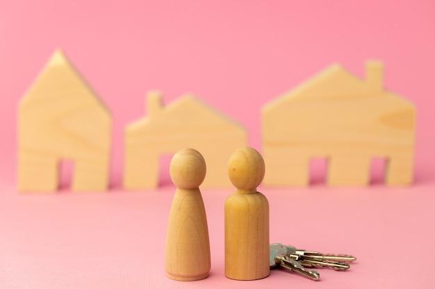 핑크에 목조 주택 미니어처와 장난감 사람들