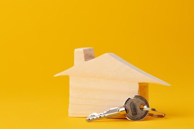 木造住宅モデルミニチュアと家の鍵