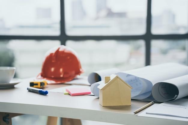건설 현장 사무실에서 책상에 목조 주택 모델