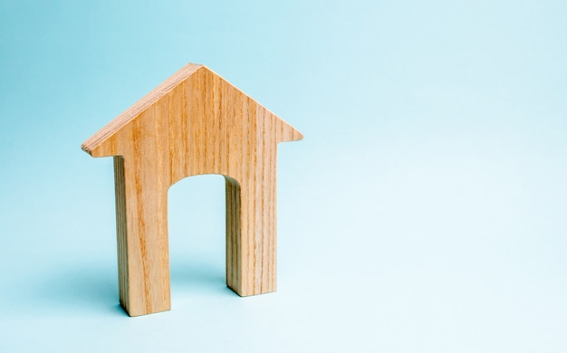 Деревянный дом на синем фоне. кредитование общественности.