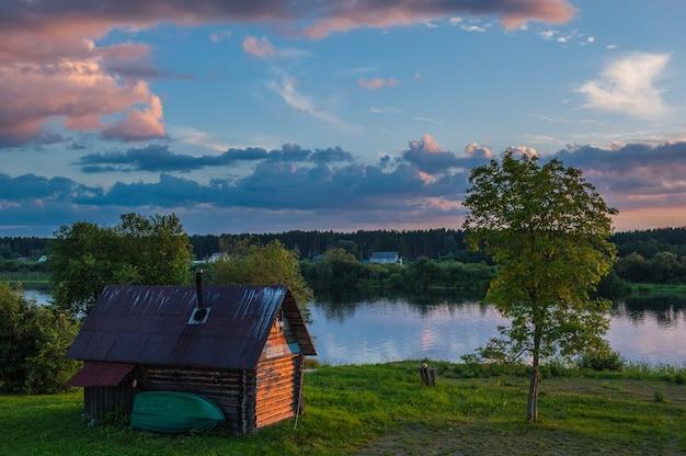 ロシア、パシャ川の木造住宅