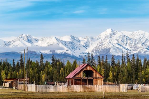 Kyzyltashアルタイ共和国ロシアの村で建設中の木造住宅 Premium写真