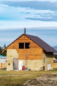 Kyzyltashkoshagach地区アルタイロシアの村で建設中の木造住宅