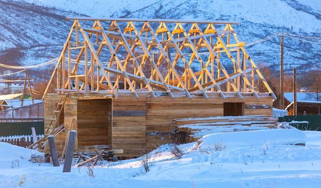 Деревянный дом под строительство зимой
