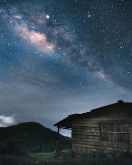 Деревянный дом под миллионами звезд