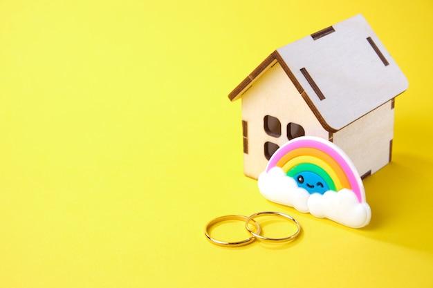 Обручальные кольца для деревянного дома и радуга