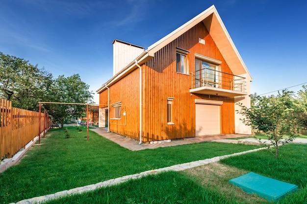그 앞에 초원이 있는 목조 주택 프리미엄 사진
