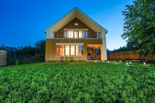 Деревянный дом с лугом перед ним