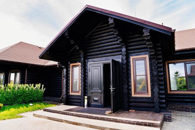 목조 주택 건설. 나무 재료로 만든 일종의 건축. 나무로 만든 제품과 디자인은 믿을 수 있고 내구성이 있으며 다루기 쉽고 환경 친화적입니다.