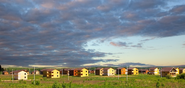 마을에서 지어진 목조 주택. 교외 주택