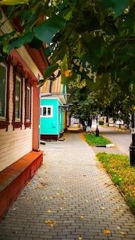 秋の街の木造家屋