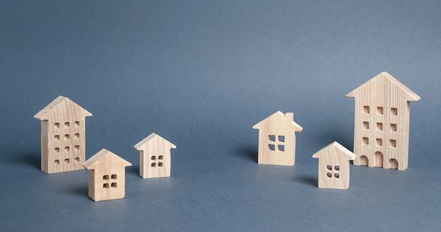 Деревянные дома на сером фоне городской поселок покупка дома рынок недвижимости