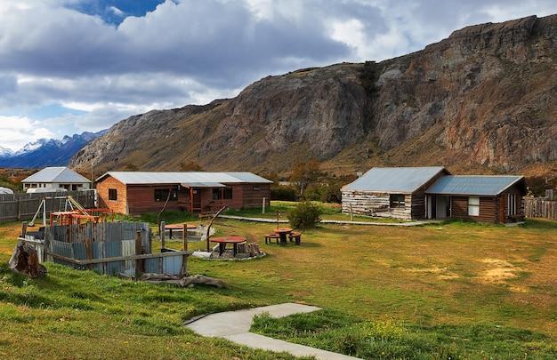 山を背景に木造家屋。エルチャルテン。南米パタゴニア