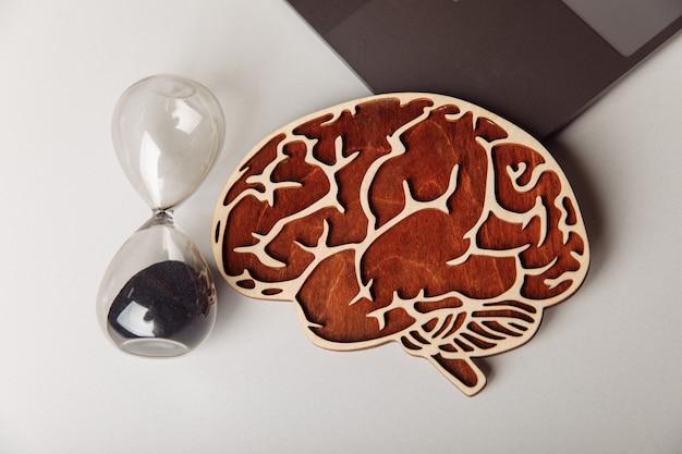 木製の人間の脳と砂時計