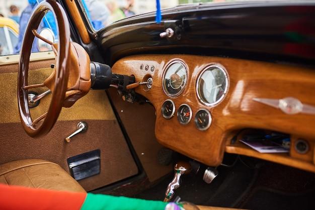 古い車の木製インテリア