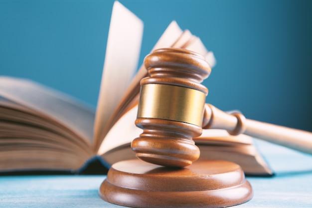 나무 판사 망치와 법률 책.