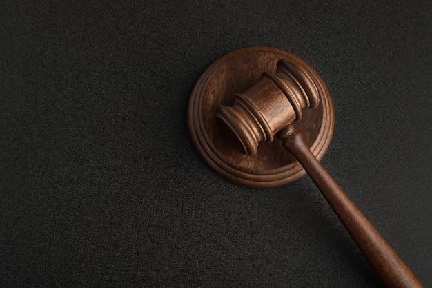 木製の裁判官のガベルとサウンドボード