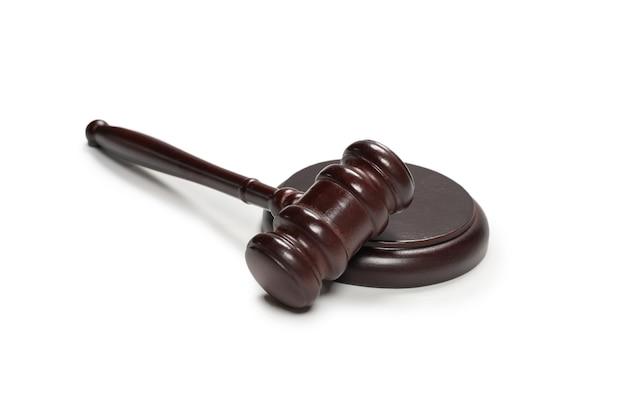 나무 판사 망치와 soundboard 흰색 배경에 고립. 법 체계 개념의 정의.