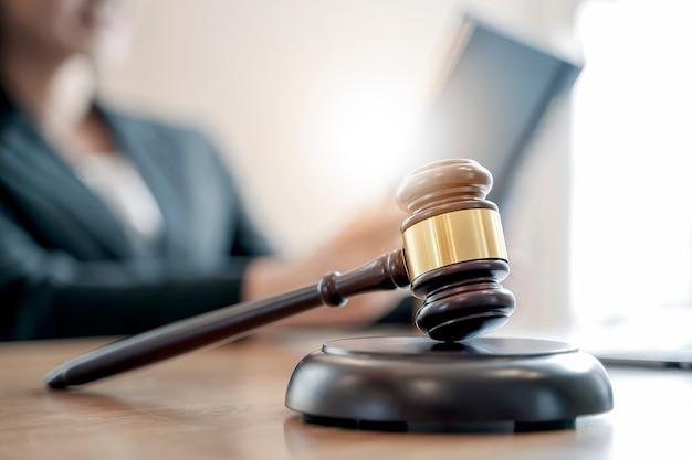 Деревянный молоток судьи на таблице, взгляде крупного плана.