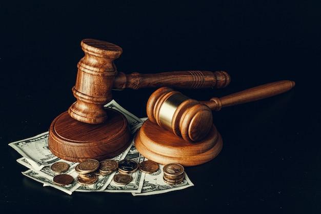 Деревянный молоток судьи на банкнотах доллара сша крупным планом