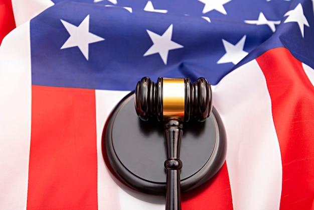 Флаг сша деревянный молоток судьи в качестве фона, концептуальная картина о правосудии в сша