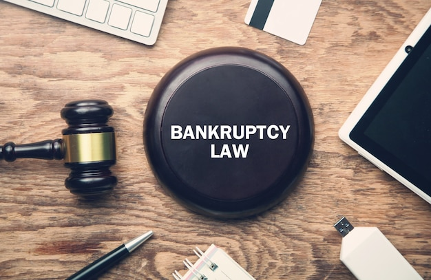 Деревянный молоток судьи с другими предметами. закон о банкротстве