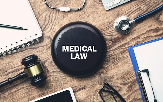 Деревянный молоток судьи с другими предметами. медицинское право
