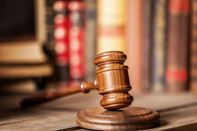 木製の裁判官ハンマー。正義と法の概念