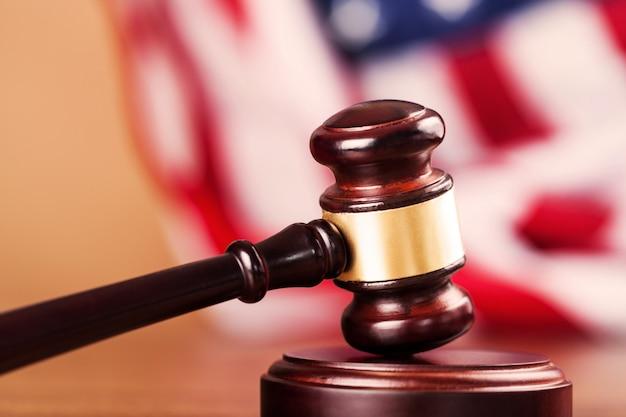 木製ジャッジハンマー。正義と法の概念 Premium写真