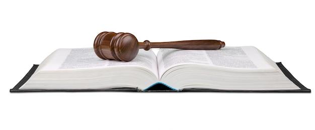 本と木製の裁判官ハンマー。正義と法の概念